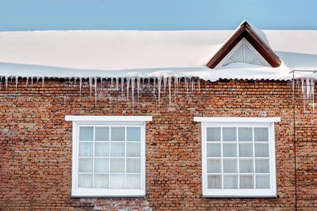 Уборка кровли крыши от снега